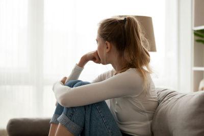 traurige-junge-frau-auswirkungen-der-pandemie-auf-junge-menschen-klinik-windach